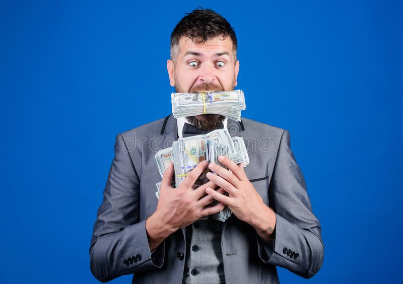 De tijd is geld het winnen van een loterij Zaken en sportsucces de gelukkige gebaarde mens heeft heel wat geld zakenman daarna stock foto's