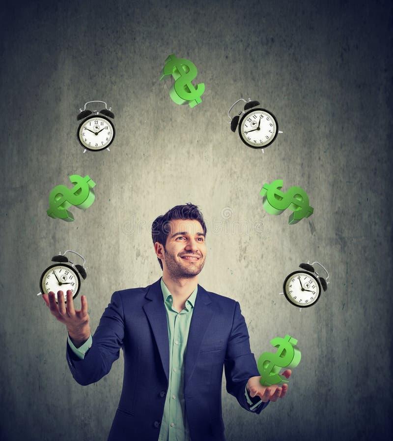 De tijd is geld Zakenman het jongleren met dollartekens en wekker stock afbeeldingen