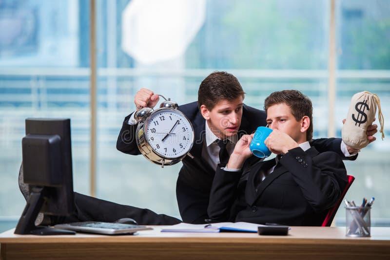 De tijd is geldconcept met zakenman twee stock foto's