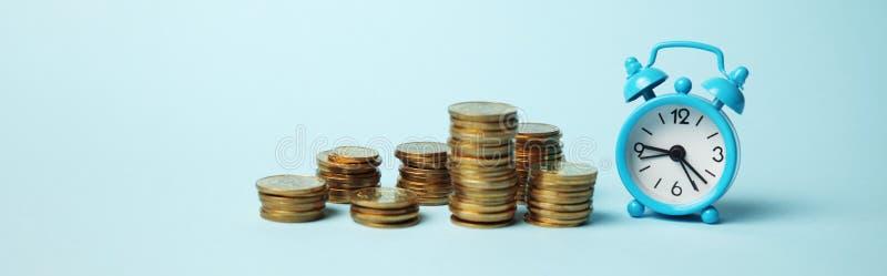 De tijd is geldconcept Wekker en gouden muntstukken Financi?le optie van contant geldinvestering royalty-vrije stock fotografie