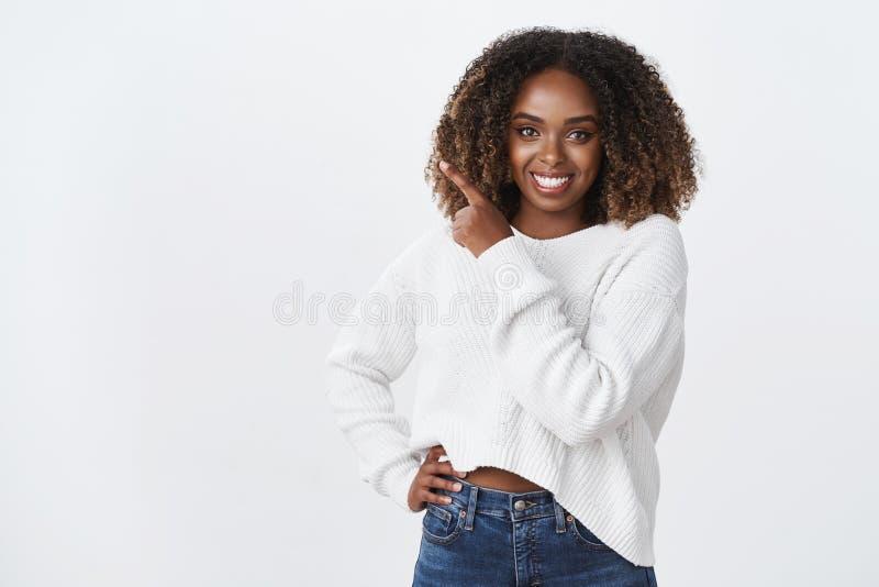 De tijd maakt juiste keus Het zekere donker-gevilde aantrekkelijke afrokapsel van de plus-groottevrouw verzekerd glimlachen kent  royalty-vrije stock foto