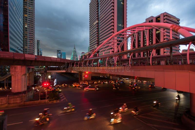 De tijd omwikkelt Bangkok, Thailand: Het verkeer bij schemering op Sathon royalty-vrije stock afbeeldingen