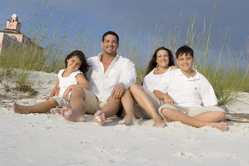 De tijd van de familie op een strand stock afbeeldingen