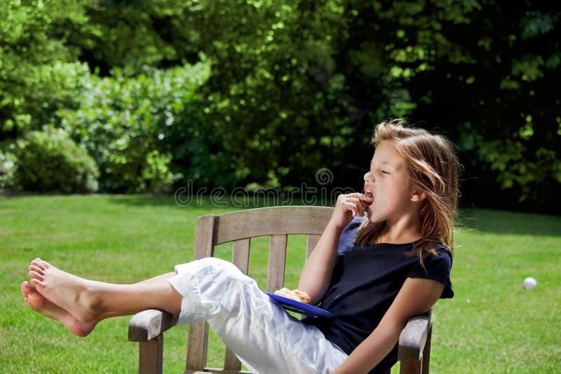 De tijd van de snack voor jong meisje royalty-vrije stock foto's