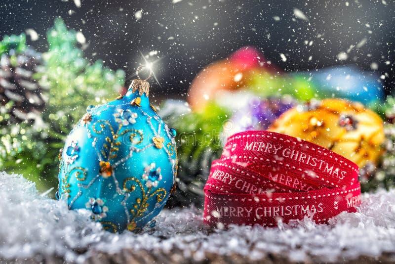 De tijd van Kerstmis Bal en de decoratie van luxe de gouden purpere blauwe Kerstmis Rood lint met tekst Gelukkige Kerstmis stock afbeeldingen