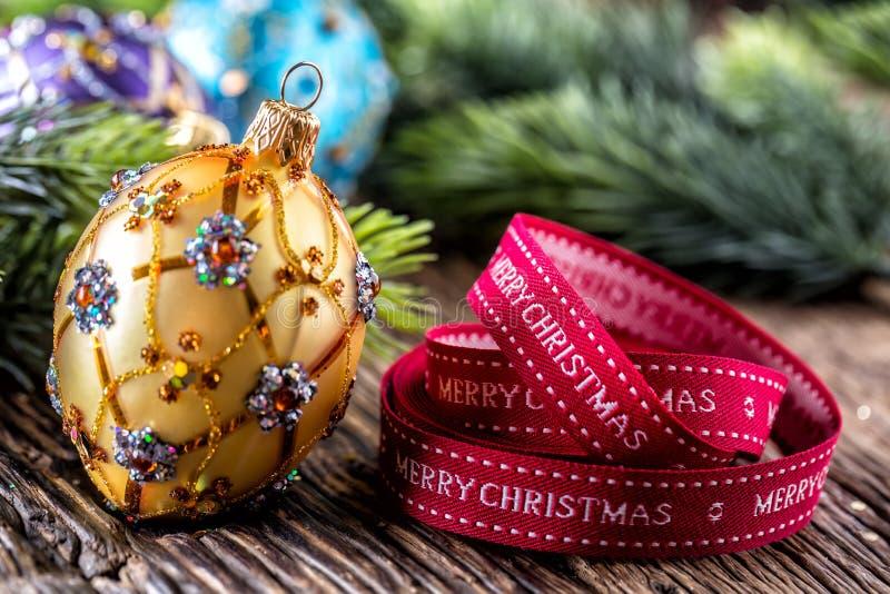 De tijd van Kerstmis Bal en de decoratie van luxe de gouden purpere blauwe Kerstmis Rood lint met tekst Gelukkige Kerstmis stock foto's