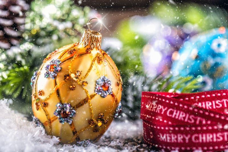 De tijd van Kerstmis Bal en de decoratie van luxe de gouden purpere blauwe Kerstmis Rood lint met tekst Gelukkige Kerstmis royalty-vrije stock afbeelding