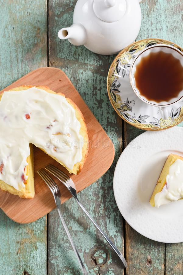 De Tijd van de thee Zwarte thee met eigengemaakte ronde cake met pluizige room i royalty-vrije stock afbeeldingen