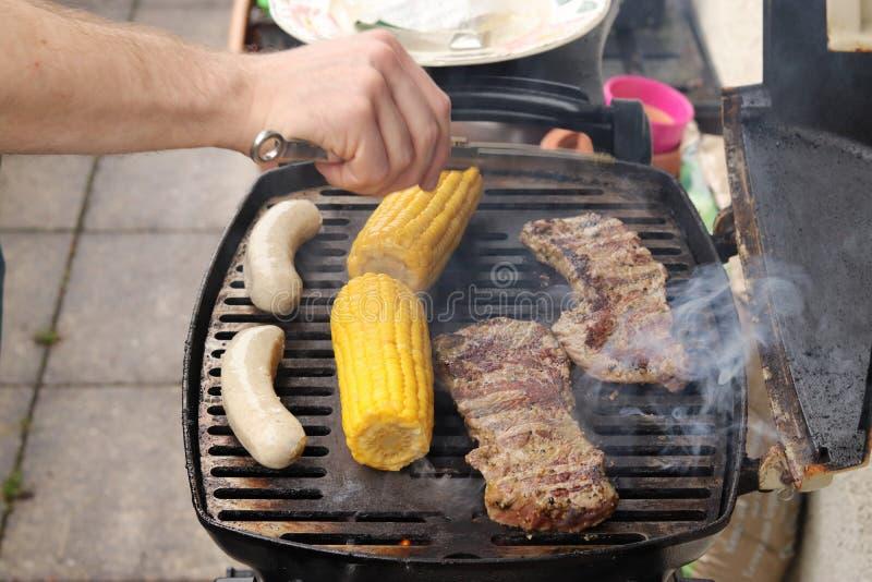 De tijd? worst van de barbecue bij plaat en de grill stock fotografie