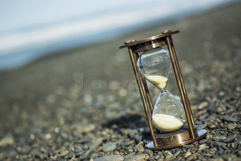 De Tijdopnemer van het zand op het Strand van de Kiezelsteen royalty-vrije stock afbeeldingen