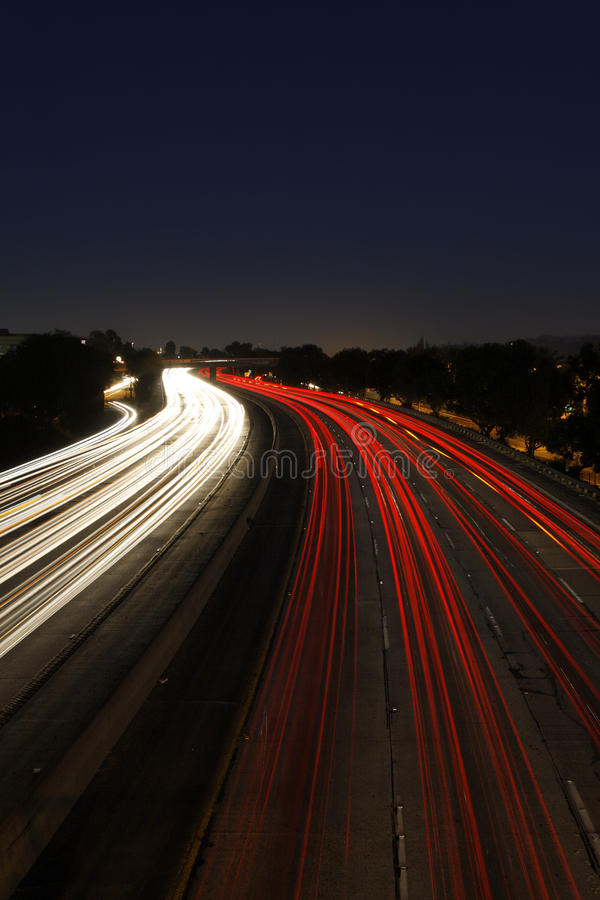 De Tijdspanne van de tijd van Verkeer bij Schemer op Snelweg 5 binnen stock fotografie