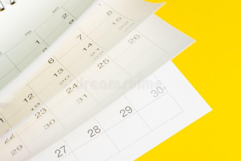 De tijdvlieg, de seizoenpas of de herinnering en de benoeming zijn komend gebeurtenisconcept, witte kalender draaiende pagina's m stock afbeelding