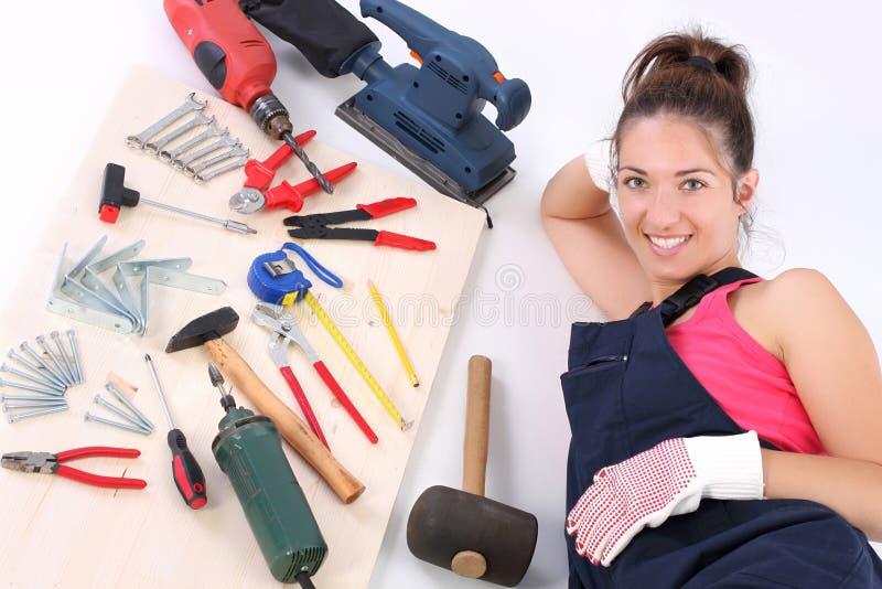 De timmerman van de vrouw met het werkhulpmiddelen stock foto