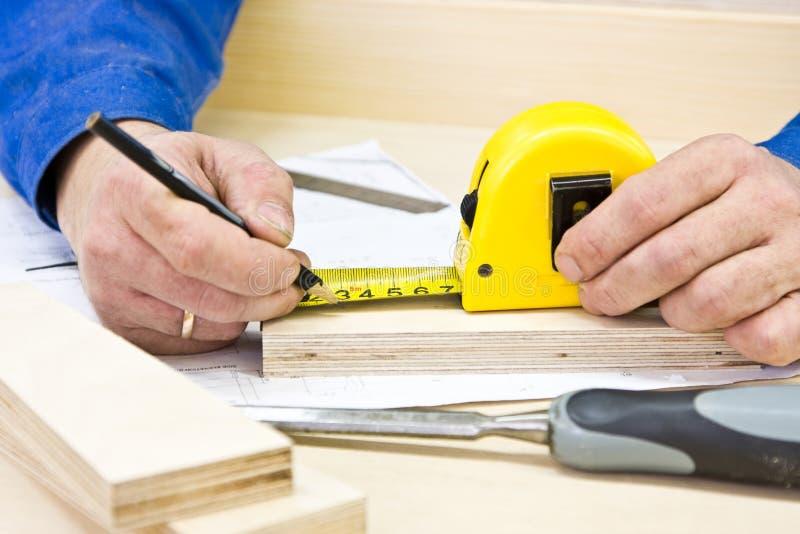 De timmerman van handen het werken stock afbeelding