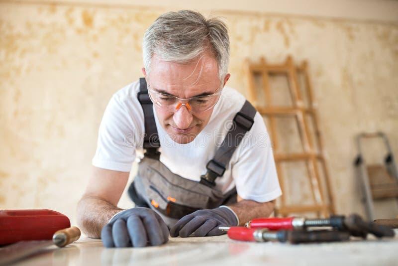 De timmerman werkt in een workshop royalty-vrije stock afbeeldingen