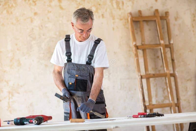 De timmerman werkt in een workshop stock foto's