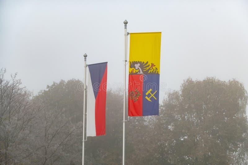 De tjeckiska flaggorna och stadsdistriktet Ostrava i Poruba har brustit i dimma arkivbilder