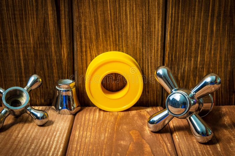 De toebehoren en de hulpmiddelen van de loodgieterswerkreparatie op houten achtergrond stock fotografie