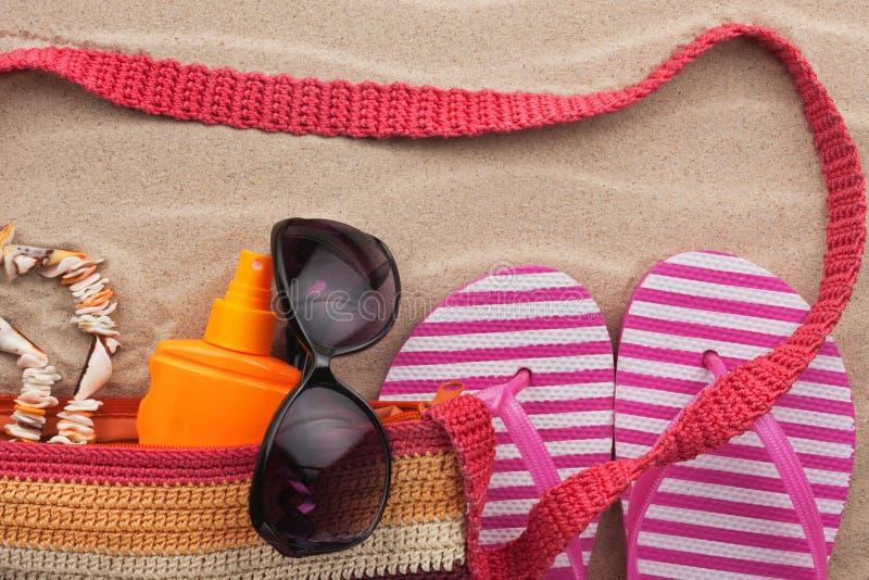 De toebehoren van het strand Zak, zonnebril en wipschakelaars Met een plaats voor uw tekst royalty-vrije stock foto's