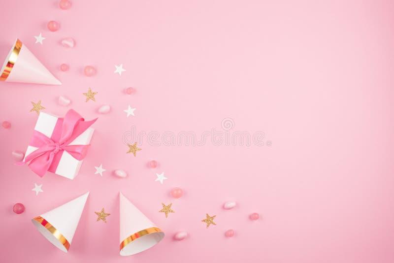 De toebehoren van de meisjespartij over de roze achtergrond Uitnodiging, bi stock foto