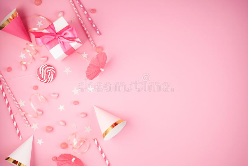 De toebehoren van de meisjespartij over de roze achtergrond Uitnodiging, bi royalty-vrije stock afbeeldingen