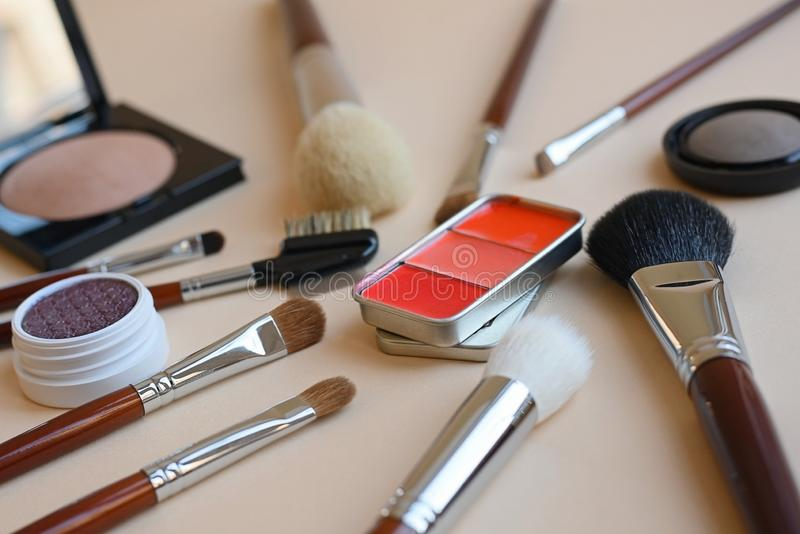 De toebehoren van de schoonheid de make-upborstels, oogschaduw, compact poeder, blozen in metaaldoos royalty-vrije stock foto's