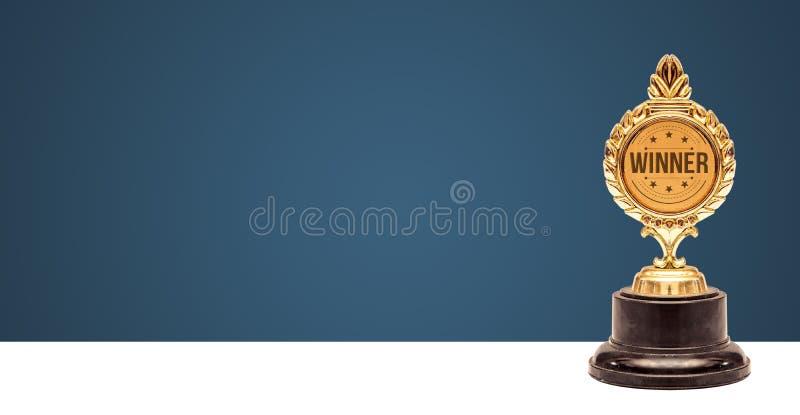 De toekenningsbanner van de winnaartrofee, Succesconcept op gradiëntachtergrond stock afbeeldingen