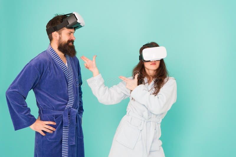 De toekomst is dichter dan u denkt De man en de vrouw onderzoeken thuis VR VR technologie en toekomst VR mededeling exciting stock fotografie