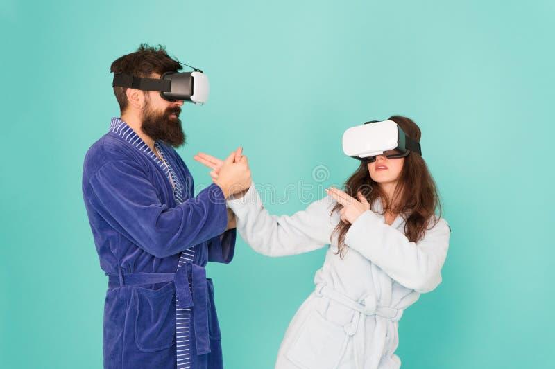 De toekomst is dichter dan u denkt VR technologie en toekomst VR mededeling Opwindende indrukken Paar in badjassen royalty-vrije stock afbeelding