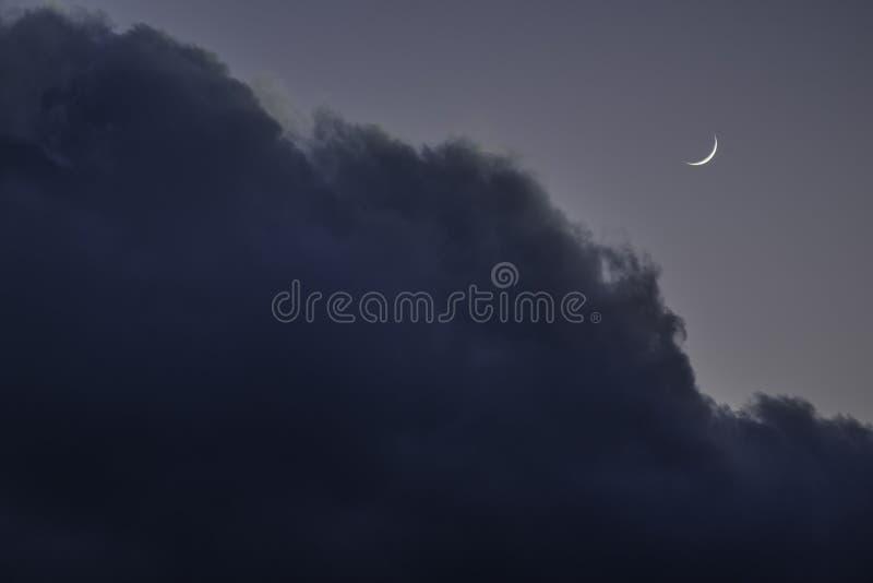 De toenemende maan vóór het vallen van de avond stock fotografie