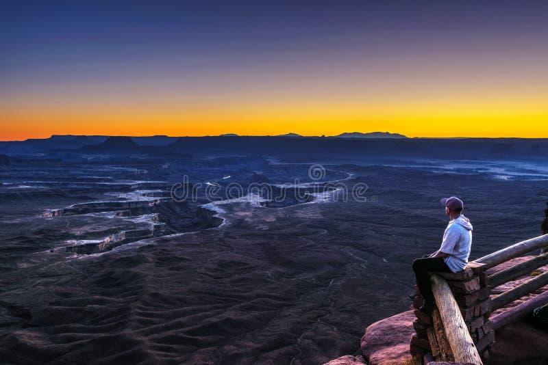 De toerist bij de Groene Rivier overziet in Canyonlands Nationaal Park royalty-vrije stock foto's