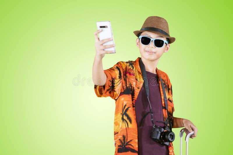 De toerist die van de Preteenjongen foto op studio nemen stock foto