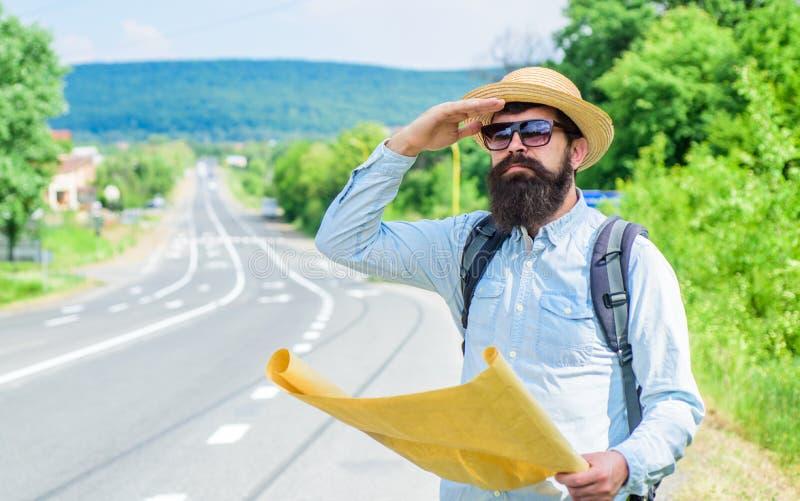 De toerist gebruikte om document bladkaart in plaats van digitaal te gebruiken Oude schoolnavigatie Het document van het Backpack stock foto