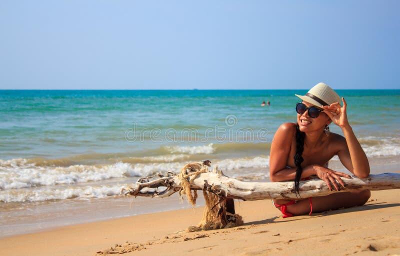 De toerist legt op het strand stock afbeelding