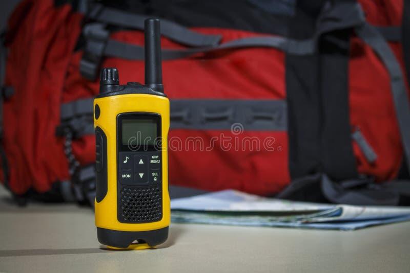 De toerist plaatste: kaart, zak en walkie-talkie royalty-vrije stock afbeelding
