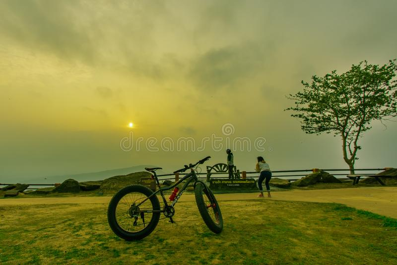 De toerist is reis mooie berg in phaMorE-Dang, Sisaket, Thailand stock afbeelding