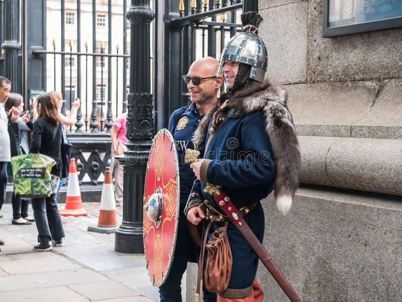 De toerist stelt met gekostumeerde historische militair buiten Britse Mus royalty-vrije stock afbeelding