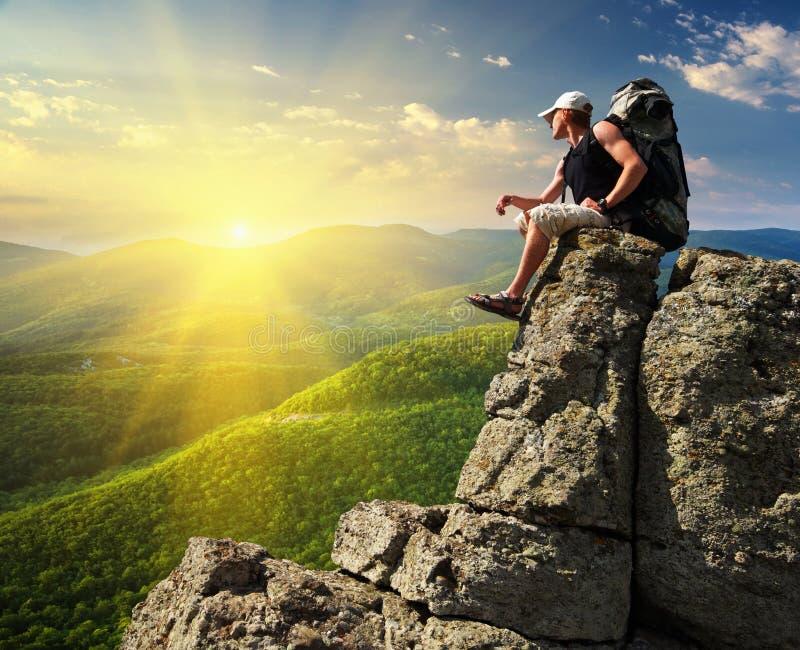 De toerist van de mens in berg stock fotografie