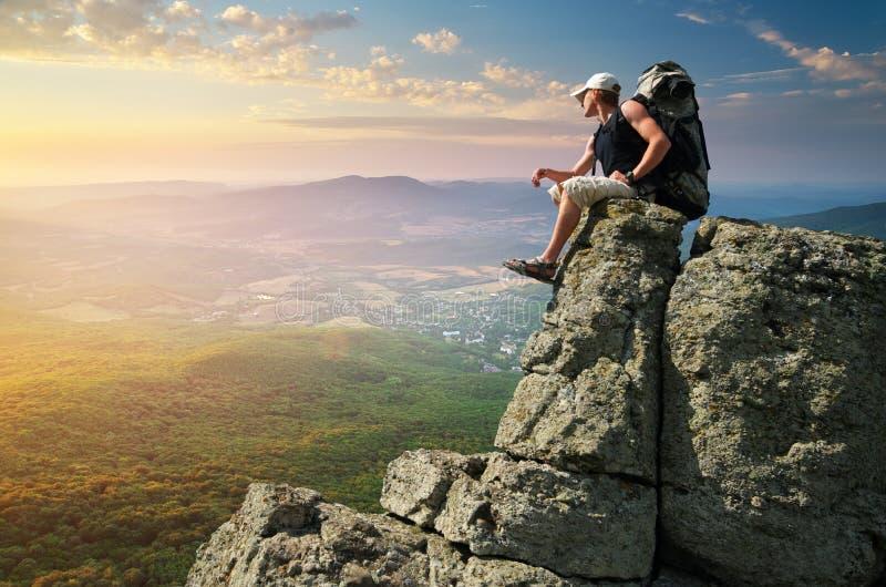 De toerist van de mens in berg stock foto