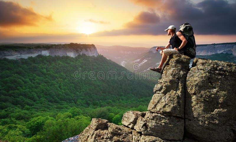 De toerist van de mens in berg stock foto's