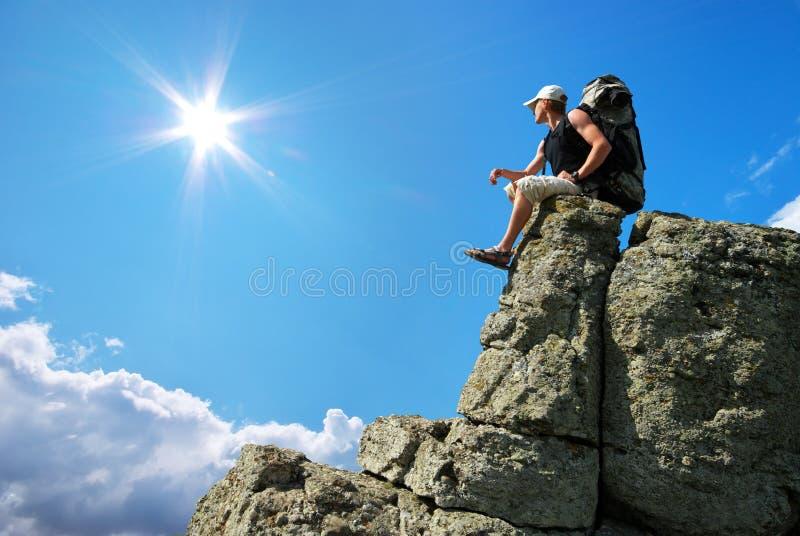 De toerist van de mens in berg royalty-vrije stock foto's