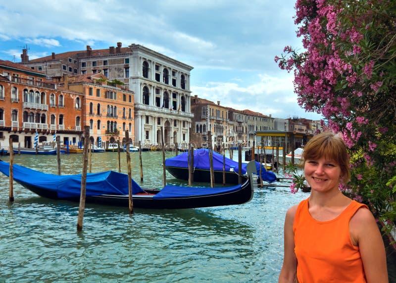 De toerist van de vrouw in Venetië (mening met gondels) stock fotografie