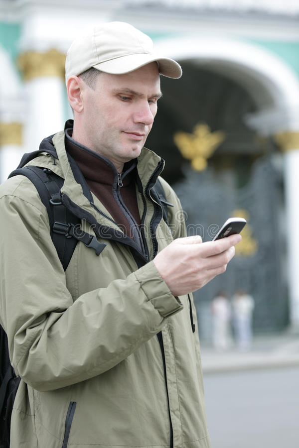 De toerist verzendt SMS in St. Petersburg stock afbeelding