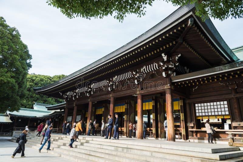 De toerist ziet klassiek houten heiligdom Meiji Shinto Temple in Shibuya royalty-vrije stock fotografie