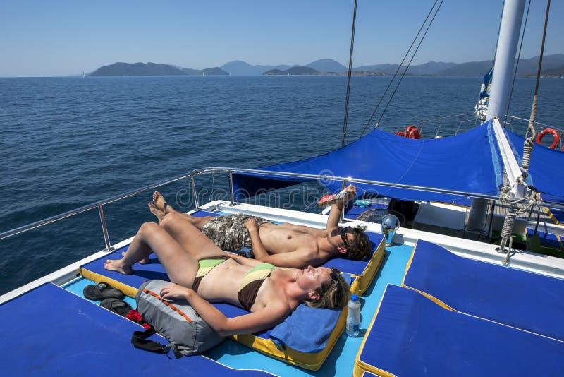 De toeristen aan boord van een cruiseboot ontspannen terwijl het varen van de Turkooise Kust van Turkije royalty-vrije stock fotografie