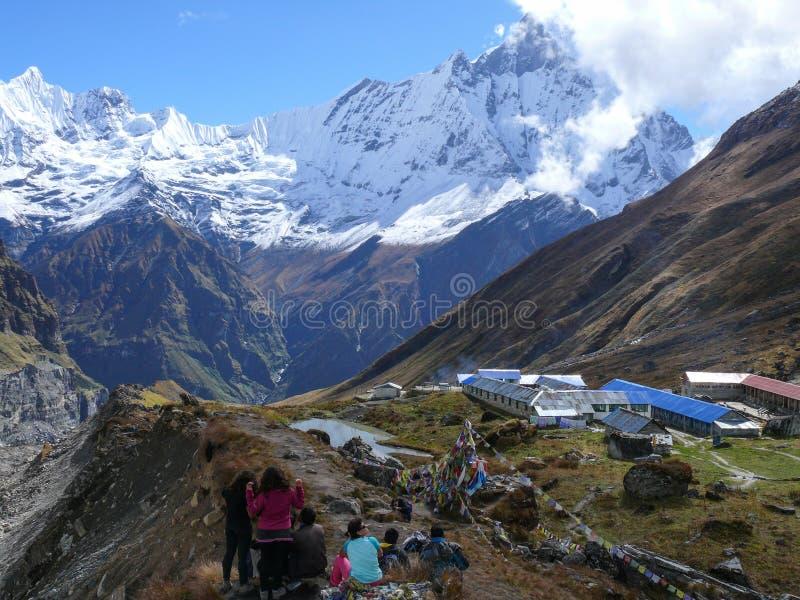 De toeristen in Annapurna baseren Kamp royalty-vrije stock foto's