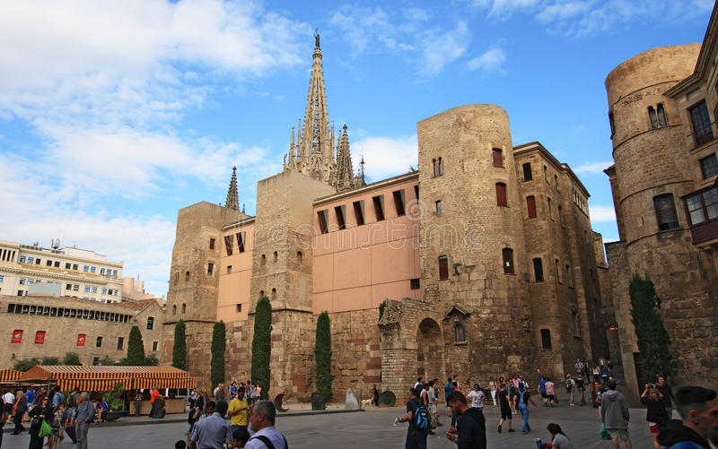 De toeristen bekijken de kathedraalvoorgevel van Barcelona stock foto