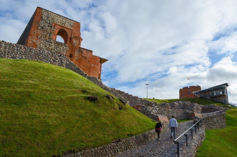 De toeristen beklimmen aan berg van Gediminas langs rotsachtige weg aan Gedi royalty-vrije stock foto