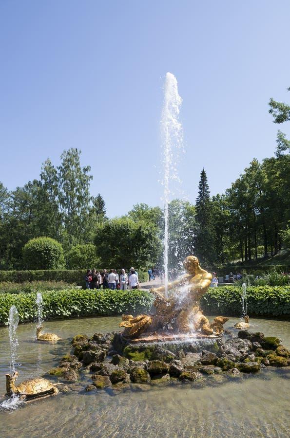 De toeristen bewonderen Serrefontein met een beeldhouwwerk van Triton, stock afbeelding