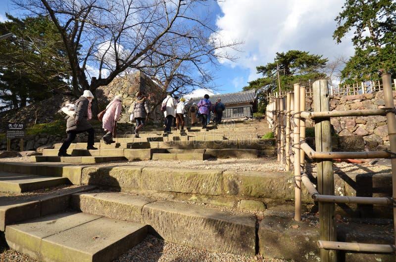 De toeristen bezoeken de samoeraien feodaal kasteel van Matsue in Shimane royalty-vrije stock foto